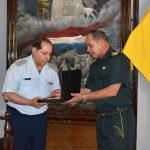 """Entrega de presente institucional al Comandante de la Academia Militar """"Francisco Solano LÓPEZ"""""""