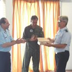 Entrega de presente institucional al Comandante del Comando Aéreo de Personal Brigadier General (Av) VISCONTI