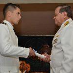 """Brig. Gral. """"VGM"""" AMREIN entrega diploma a un nuevo Alférez."""