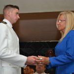 Sra. Graciela VILLATA entrega un diploma a un nuevo Alférez de la F.A.A.