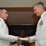Brig. COLAIZZO entrega diploma a un nuevo Alférez