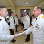 Brigadier ACTIS entrega diploma a un nuevo Alférez.