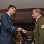 Nuevo Aviador Militar recibe premio de representante del Ejército Argentino.