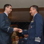 Com. ROBERTSON hace entrega de un premio a un nuevo Aviador Militar