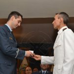 Nuevo Aviador Militar recibe premio de representante de la Armada Argentina.