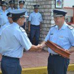 El Com. ROBERTSON recibe la banderola por su paso en el Grupo Aéreo Escuela.
