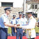 El Com. QUIROGA recibe la banderola por su paso en el Cuerpo de Cadetes.