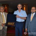 Oficiales peruanos de la Promoción XLV entregan una placa recordatoria al Com. PELOURSÓN.
