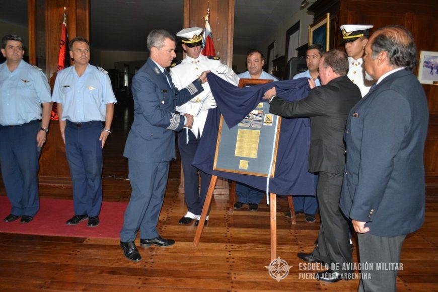 Entrega de placa y cuadro conmemorativo del Teniente (PM) D. Alfredo VÁZQUEZ a la E.A.M.