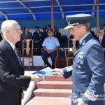 """El Brig. BRUN hace entrega de la declaración de huéspedes de honor al Brig. """"VGM"""" (R) MARTÍNEZ."""