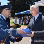 El Brig. (R) LATORRE hace entrega de un presente a un Oficial Instructor del Grupo Aéreo de la E.A.M.