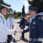 El Brig. BRUN hace entrega del diploma al Suboficial Cadete ascendido.