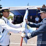 El Brig. BRUN hace entrega de la nueva bandera al Suboficial Ayudante Cadete LARSEN.