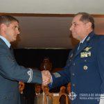 El Brig. ACTIS saluda al Oficial egresado del COSANT IV.