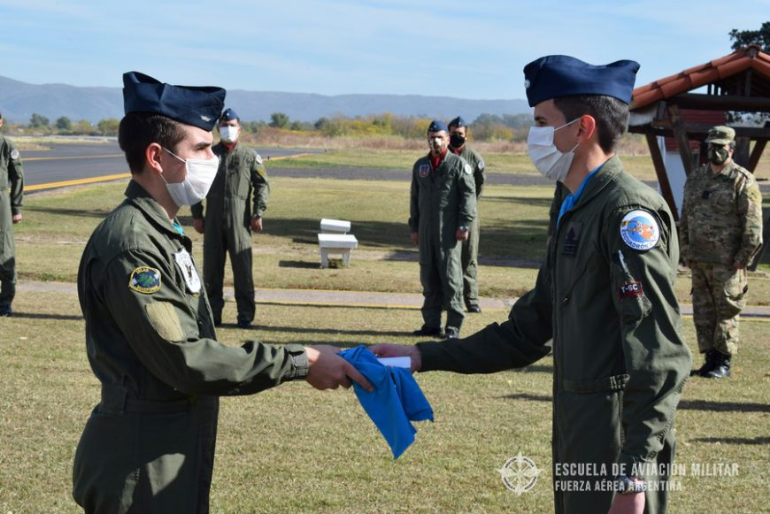 Entrega de distintivos y pañuelos a Oficiales cursantes del CEPAC – 2020