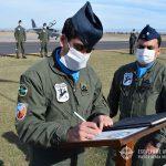 Oficial cusante firma el libro de oro del Escuadrón II Texan