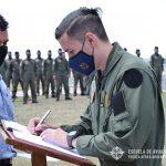 Oficial cursante firma el libro histórico del G.A.E.