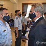 Ministro ROSSI saluda a un oficial egresado del CBCAM